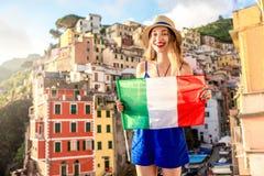 Женщина путешествуя итальянский прибрежный город Стоковые Изображения RF