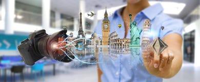Женщина путешествуя мир с его цифровой фотокамера Стоковые Изображения