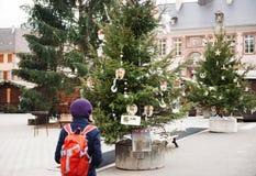 Женщина путешествуя на рождественской ярмарке Эльзасе, Франции Стоковая Фотография