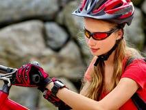 Женщина путешествуя парк лета велосипеда Девушка с умный путешествовать вахты Стоковое фото RF