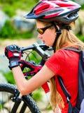 Женщина путешествуя парк лета велосипеда Девушка с умный путешествовать вахты Стоковое Изображение