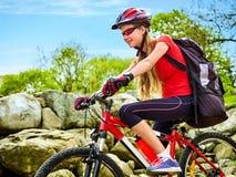 Женщина путешествуя парк лета велосипеда Рано утром с лучами солнца Стоковые Фотографии RF