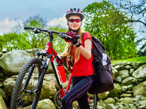 Женщина путешествуя парк лета велосипеда Рано утром с лучами солнца Стоковые Изображения RF