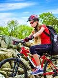 Женщина путешествуя парк лета велосипеда Рано утром с лучами солнца Стоковое фото RF