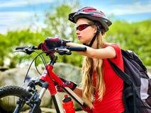 Женщина путешествуя парк лета велосипеда Рано утром с лучами солнца Стоковые Фото