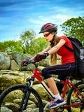 Женщина путешествуя парк лета велосипеда Рано утром с лучами солнца Стоковое Изображение