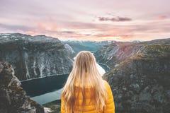 Женщина путешествуя самостоятельно наслаждающся горами захода солнца стоковое изображение rf