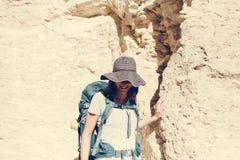 Женщина путешествуя с рюкзаком одним Стоковые Фотографии RF