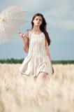 женщина пшеницы поля сиротливая синхронизированная гуляя Стоковая Фотография