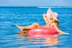 Женщина плавая на сплоток в тропическом океане Стоковая Фотография