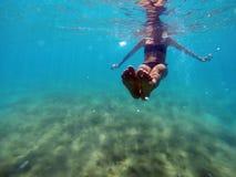 Женщина плавая подводная съемка Стоковое фото RF
