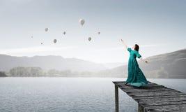 женщина платья зеленая Мультимедиа Стоковые Изображения RF