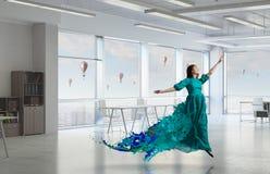 женщина платья зеленая Мультимедиа Стоковые Фотографии RF