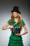 женщина платья зеленая нося Стоковые Изображения RF