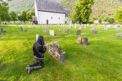 Женщина плача на кладбище Стоковые Изображения RF