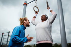 Женщина плюс-размера опытного личного тренера мотируя, который нужно работать Стоковые Изображения RF