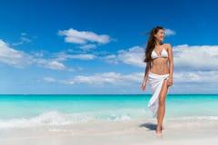 Женщина пляжа азиатская в одежде юбки маскировки beachwear моды Стоковое Фото
