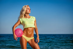 Женщина пляжа в бикини держа волейбол Стоковое фото RF