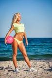 Женщина пляжа в бикини держа волейбол Стоковые Фотографии RF