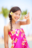 Женщина пляжа Гаваи делая гаваиский знак руки shaka Стоковое фото RF