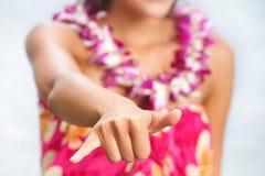 Женщина пляжа Гаваи делая гаваиский знак руки shaka Стоковая Фотография RF