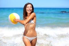 Женщина пляжа играя с шариком Стоковые Изображения