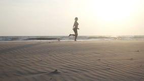женщина пляжа идущая акции видеоматериалы