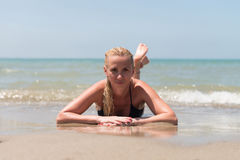 женщина пляжа красивейшая лежа стоковое изображение