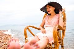 женщина пляжа отдыхая Стоковые Фото