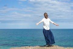 женщина пляжа стоящая Стоковые Изображения RF