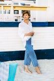 женщина пляжа счастливая ослабляя стоковые изображения