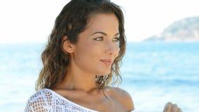 женщина пляжа счастливая сток-видео