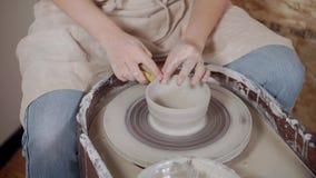 Женщина работает в гончарне, используя колесо гончара, конец-вверх сток-видео