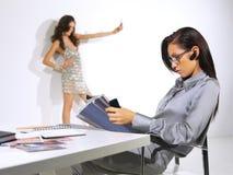 Женщина работает на ll офиса Стоковое Изображение