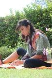 Женщина работая в компьтер-книжке природы стоковые изображения rf