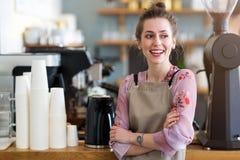 Женщина работая в кофейне стоковые фотографии rf
