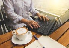 Женщина работая в кофейне Стоковые Изображения