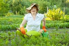 Женщина работая в огороде стоковая фотография rf