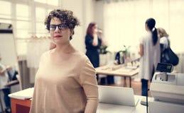 Женщина работая в розничном магазине моды стоковая фотография rf