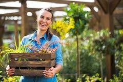 Женщина работая в садовом центре стоковые фотографии rf