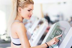 Женщина работая в спортзале стоковое фото