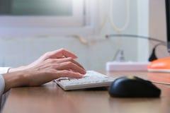 Женщина работая дома рука офиса на конце клавиатуры вверх стоковые изображения rf