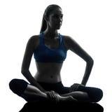 Женщина работая йогу meditating Стоковое Изображение