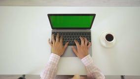 Женщина работая на ее компьтер-книжке с зеленым экраном, взгляд сверху акции видеоматериалы