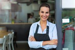 Женщина работая на кафе стоковые изображения