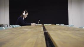 Женщина работая на компьтер-книжке в офисе видеоматериал