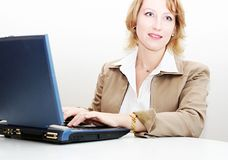 Женщина работая на компьтер-книжке стоковое изображение rf