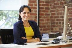 Женщина работая на компьютере в современном офисе Стоковые Изображения