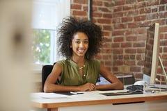 Женщина работая на компьютере в современном офисе Стоковое Изображение