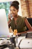 Женщина работая на компьютере в современном офисе Стоковое фото RF